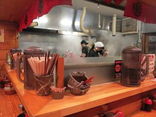 無鉄砲 本店 - [内観]厨房のスープ用大鍋は沸き上がり、煙が立ち込めています。