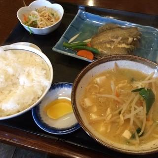 よしだ屋食堂 - カレイの煮付け定食  やさしいお味でおいしく頂きました。 ご飯も味噌汁もおいしい☆