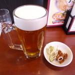 富山ブラック 麺家いろは - 生ビール(480円)肉の大和煮とネギのお通し付き