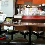 ラーメン専門 川崎 - 店内風景(カウンター6席、4人掛けテーブル席×2卓、9人掛けテーブル席×2卓 計30席)