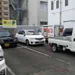 ラーメン専門 川崎 - 駐車場は店舗から二軒隣にあります。