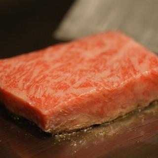 高温の鉄板で焼き上げる和牛は絶品!