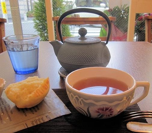 プチ ボンヌール - スコーンを割ったところと、紅茶、南部鉄のポットで。