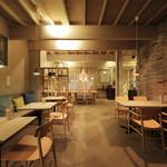 inZONE TABLE - 内観写真:柔らかな木のぬくもりを感じられる店内です。