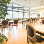 レストラン アンソレイユ - 明るい自然光が降り注ぐ明るい店内