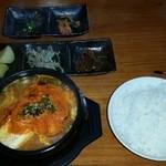 ジョリヤ - 豆腐チゲランチ、750円。 7~8人まではランチ時でも大丈夫かも。 味は、まあ、食べられる。レベル。