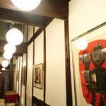 ウルクス - 1階の絵画。2階はギャラリーのみで作品を展示。