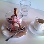 34616141 - バニラとキャラメルのジェラートにチョコと苺のソースをのせた贅沢アッフォガート単品価格¥540 全景♪w
