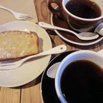 34616469 - ブレンド(420円)のフレンチロースト(黒カップ)とシティーロースト(茶カップ)とリンゴケーキ(350円)