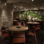 表参道焼肉 KINTAN - 内観写真:グリーンの牛がシンボリックなレストランエリアは14テーブル