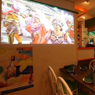 スクリーン&プロジェクター完備で、ブラジルのお祭り感を演出