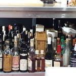 山猫軒 - テーブルの下には凄い酒が並んでいます