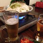 もつ鍋 永楽 - 白菜キムチと白もつ鍋。ビールもすすみます♪