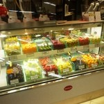 フルーツ プリュス  - ここにある果物を使ってジュースを作っています。