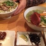 京風 里のうどん - 左奥;半塩バラ丼、右奥;半たぬき。『半』でもフツーに丼一杯。
