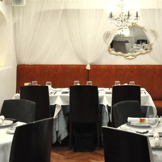 ひと時のモナコ旅行を思わせる、親しみやすい優雅な空間。