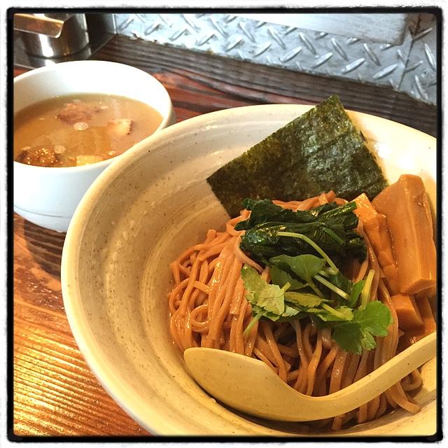 啜磨専科 - ザ・しおつけ麺。 麺は日本蕎麦を思わせる褐色。 ツルッとした麺にサラッとしたスープなのに、ちゃんと絡む。凄い。 醤油も美味いし、悩むなー