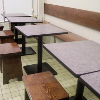 現地の食堂をイメージした、居心地の良いアットホームな空間