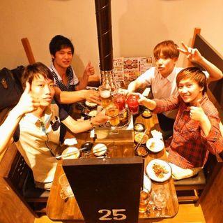 七輪焼肉 安安 - 家族での食事にも仲間内での宴会にも最適!4名テーブル席がズラリと並ぶ。