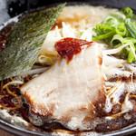 真麺 武蔵 - 料理写真:『豚骨らーめん黒』は香油、辛味噌、背脂を合わせた武蔵の重ね味  豚骨白をベースに辛味噌・こがし香油・背脂を合わせコクを出しています。こってり系好きにおススメです。
