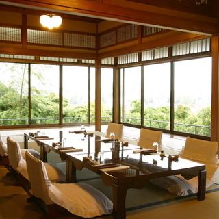 純和風の趣あるお座敷でゆったりお食事を味わっていただけます。
