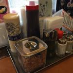 お好み焼 鉄板焼 徳川 - マヨネーズ風ドレッシング、おかか、青海苔、塩、胡椒、お好みソース、七味(多分)