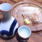 さかずき屋 - イカ刺しと日本酒1合(獺祭)