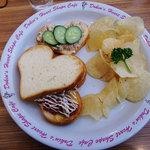 ドキンズ ハート シェイプ カフェ - Dokin's Heart Shape Cafe ランバージャック(コンビーフとツナのサンドイッチ)