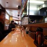 沖縄そば やんばる - 店内はカウンター席のみ。