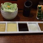 串かつ料理 活 - 左より、ポン酢・マスタード・黒ソース・塩・茶ソース