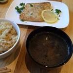 KOU - ご飯は玄米と白米から選択、汁物も選択するシステム