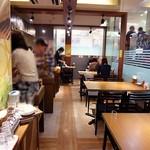 カルボナーラ - 左にカウンター席、右がテーブル席です