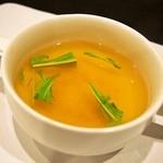 キートス - 英国風ビーフカツレツ 付け合せのサラダ(コンソメスープ)
