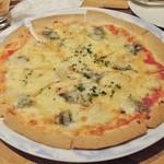 Lucci - 何とかチーズのピザ