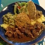 シナモンガーデン - スリランカワンプレートランチ(上からサラダ、パパダン、干し魚とごぼうの炒め物(テルダーラ)、水菜のマッルン(炒め物)、豆カレー(パリップ)、イエローライス、ポークカレー )2015年1月