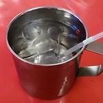 モンティー - MONTEE @浅草 ストロー付きアルミコップで供される冷水