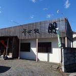 朋 - お店は国道から少し入った位置にあります。