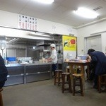 元祖長浜屋 - 広々店内はシンプルな雰囲気