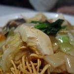 精華苑 - 五目かたやきそばの揚げ麺、何と豆腐が入っていますが違和感はありません。