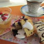 3rd フロア - オレンジとミルクのゼリー、イチゴとブルーベリーのアーモンドケーキ、バニラアイス