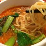 34691864 - 想吃担担面 名駅南店(シャンツーダンダンミェン) ・担担麺の麺は細麺。きめ細かい麻辣スープによく合う。スープは勿論、ピリ辛なんだけど、丁寧にことこと煮込んでいるのか、マイルドな味わい。