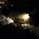 グレイン - 入り口にある石の看板