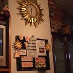 cafeロジウラのマタハリ春光乍洩 - 時計も「太陽」だぞ! 店内ライブインフォメーションもあります