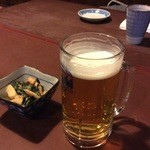 Shinzan - (左)お通し、310円 (右)アサヒスーパードライ 生中ジョッキ、660円