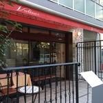 ヴァリノール - 赤いキャノピーがパリの街角のよう