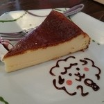 2HACHI - ベークドチーズケーキ 皿の絵は店の名前2HACHI→28を表した手書きのチョコレートです♡こういうところに愛情を感じますね(*°∀°)=3