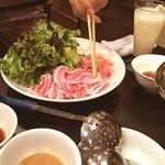 上海台所 味庵 - 豚肉、鶏肉とレタス