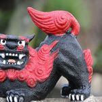 ねこむすび - 門の上の赤黒シーサー