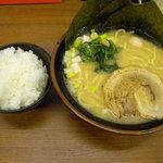 宮本商店 - 料理写真:豚骨醤油ラーメン (並)、半ライス