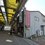 一福亭 - 奥が阿波池田駅前。
